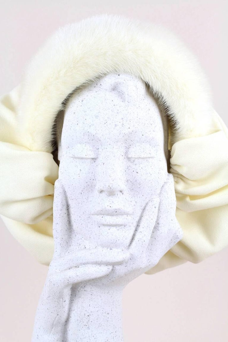 Custom-Made 1950s Ivory Bonnet-Style Hat With Mink Fur Trim In Excellent Condition For Sale In Munich, DE