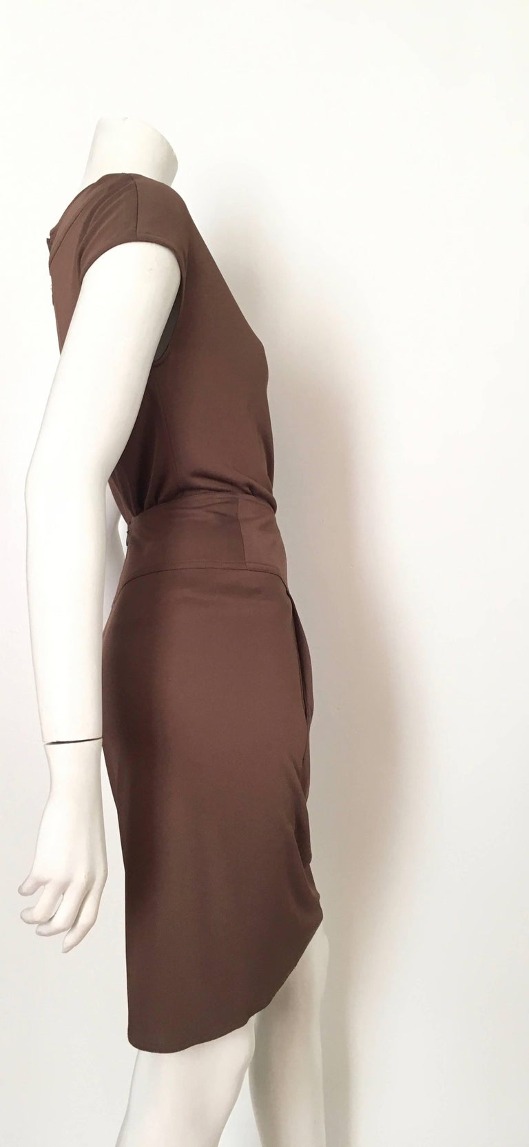 Bill Blass 2007 Brown Jersey Top & Skirt with Pockets Size 6. In Excellent Condition For Sale In Atlanta, GA