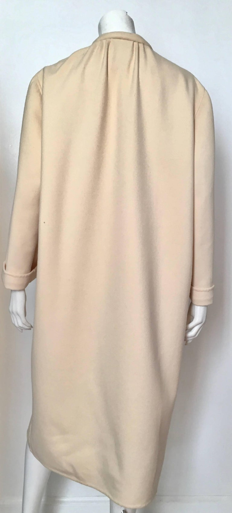 Salvatore Ferragamo Cream Wool Cocoon Coat with Pockets Size 10 In Excellent Condition For Sale In Atlanta, GA