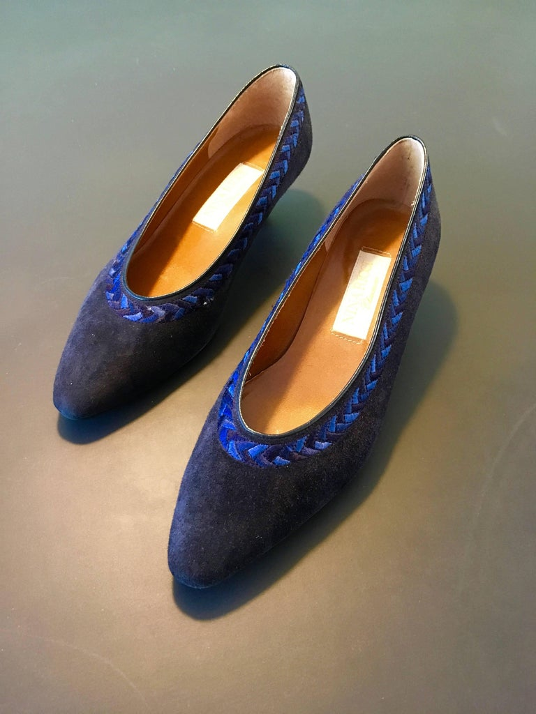 c52c139c326a77 Nina Ricci Chaussures navy suede low heel slip on shoe is a size 6. Never