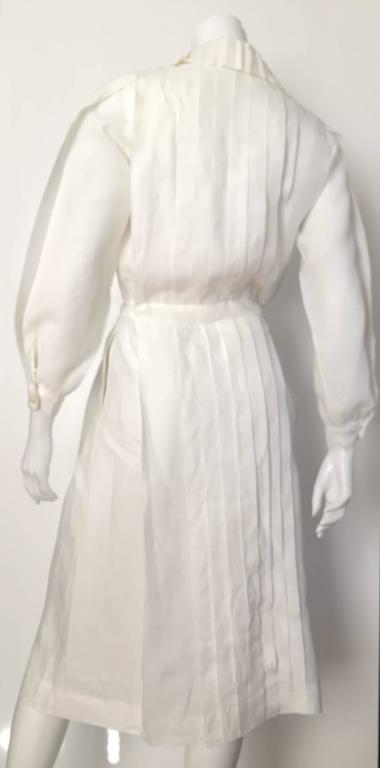 Laura Biagiotti for Bonwit Teller 80s white linen dress size 4 / 6.  In Good Condition For Sale In Atlanta, GA
