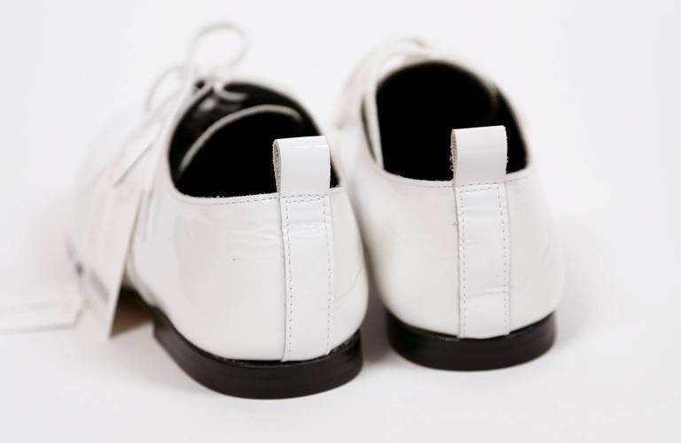 Women's or Men's unworn COMME DES GARCONS white patent leather oxford shoes - 7 For Sale
