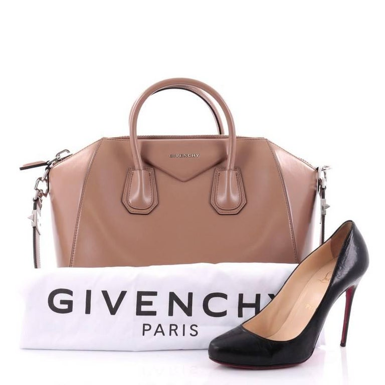 7b857ff2d1 This authentic Givenchy Antigona Bag Glazed Leather Medium combines style  and functionality all-in-