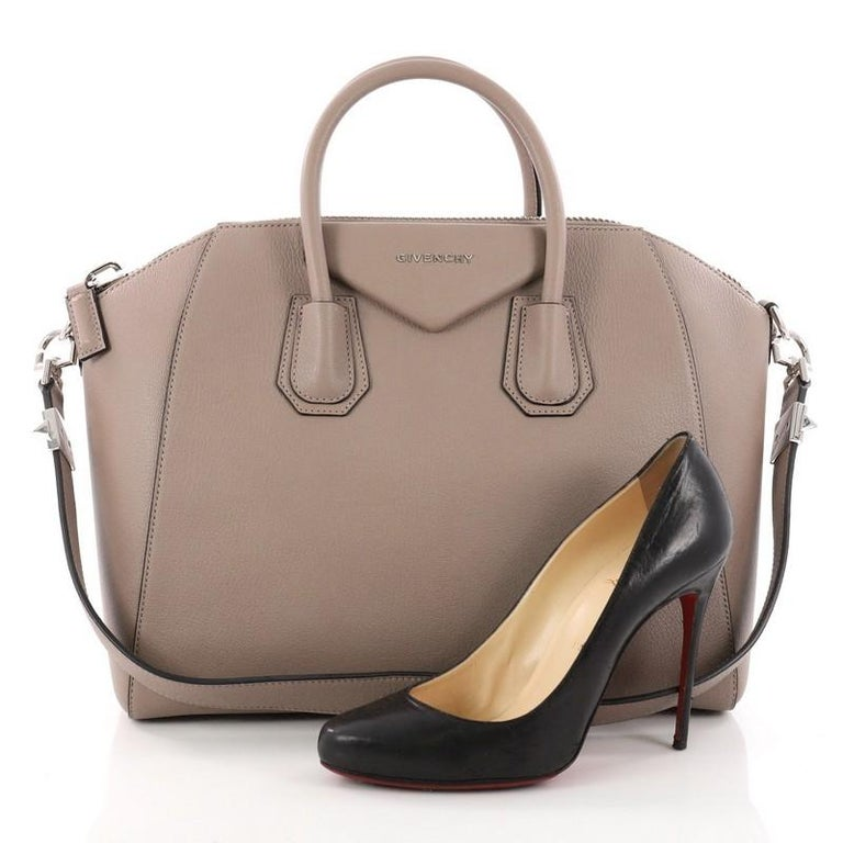 0e9e346ed1 This authentic Givenchy Antigona Bag Leather Medium combines style and functionality  all-in-one