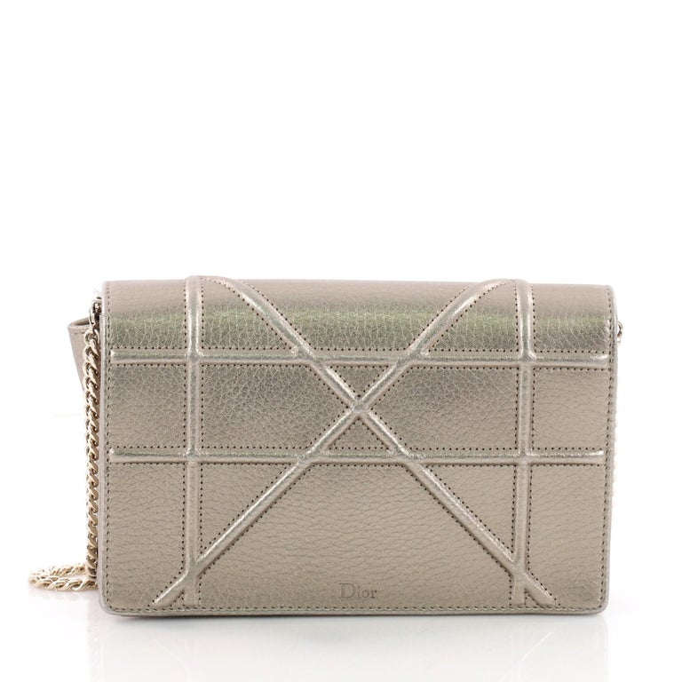 555c33114839b Christian Dior Diorama Leder-Geldbörse an einer Kette bei 1stdibs
