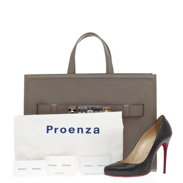 This authentic Proenza Schouler PS11 Wide Tote Leather Large presents modern and a stylized structured design made for fashionistas. Crafted in gray calfskin leather, this wide tote features dual-flat leather handles, metal feet, signature silver