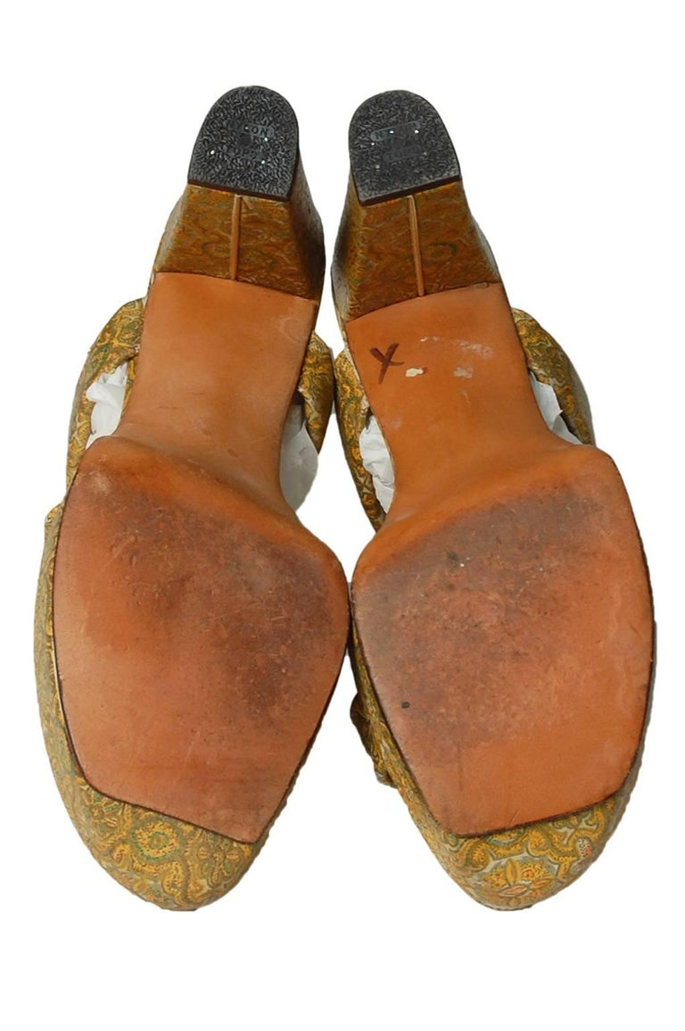 Delman Gold Paisley Leather Platform Sandals, 1940s In Good Condition For Sale In Tucson, AZ