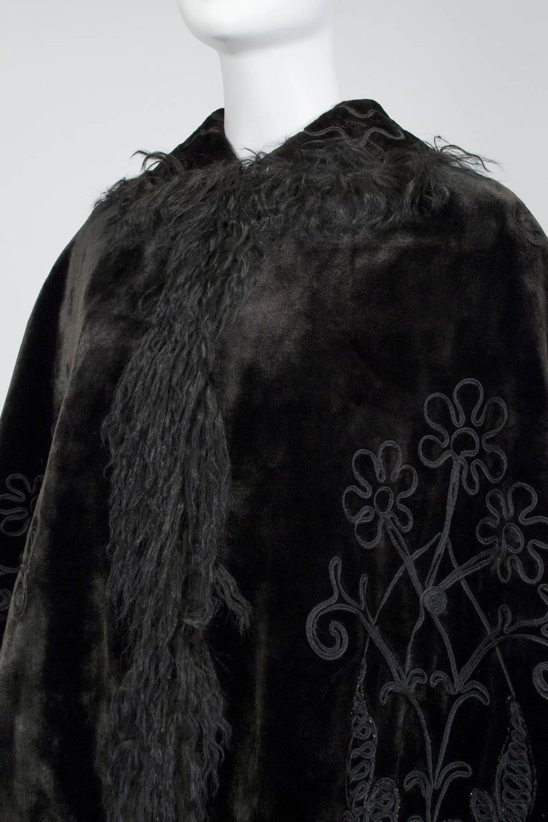 Victorian Brown Mohair and Mongolian Lamb Beaded Shoulder Cape - One Size, 1890s In Good Condition For Sale In Tucson, AZ