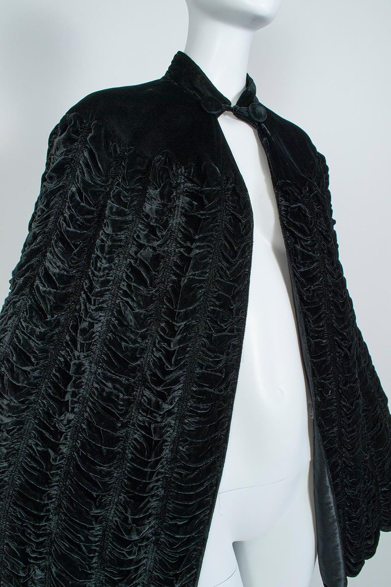 Silk Velvet Ruched Pelerine Cape with Scalloped Edge, 1930s For Sale 1