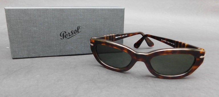 Brown tortoise style Persol sunglasses with dark green lenses from the 1990's. Model 2572-s  50-20 24/31 14 cm wide (5.50