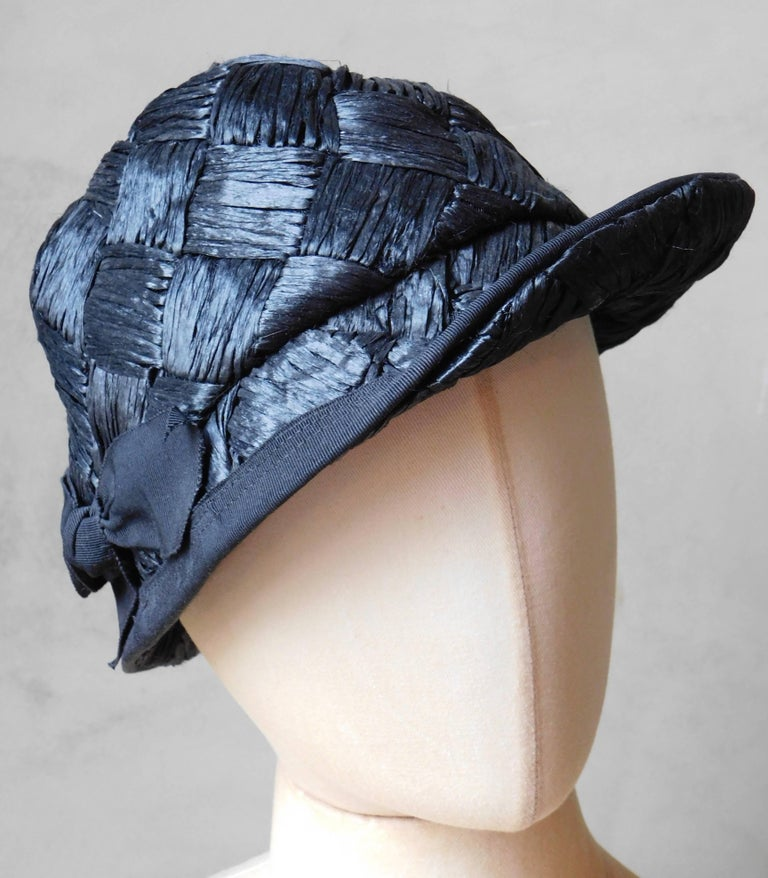 Asymmetrical 1940's Vintage Black Straw Hat  In Good Condition For Sale In Antwerp, BE