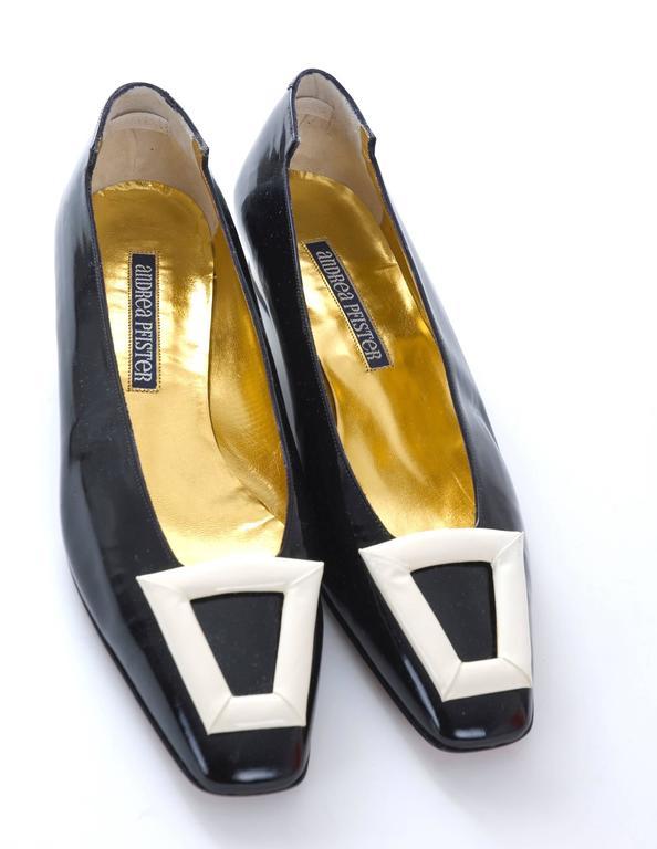 1980s Andrea Pfister Unworn Monocrome Black and Creme Patent Leather Shoe In Excellent Condition For Sale In Hamburg, DE