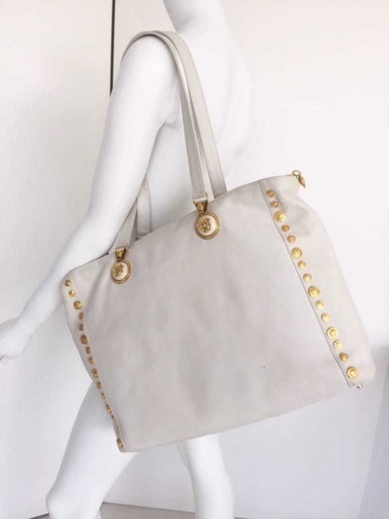 100 Authentique Super Promos Couture Versace Cuir Blanc Sac À Bandoulière  Avec   Medusa Tons D or 1990 Nouvelle Ligne Pas Cher De La France À Faible  Frais ... 0031213b0d5b