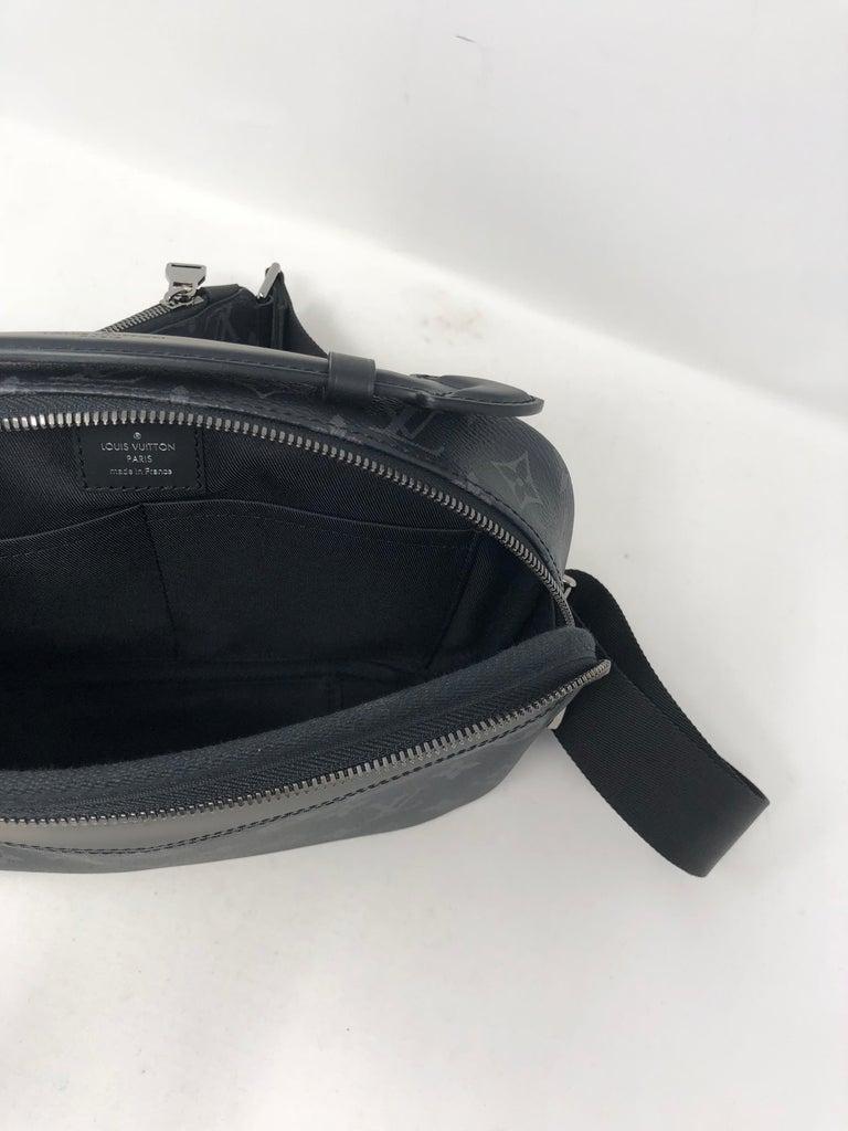 97960851493bf Louis Vuitton Schwarze Mono Bum Tasche bei 1stdibs