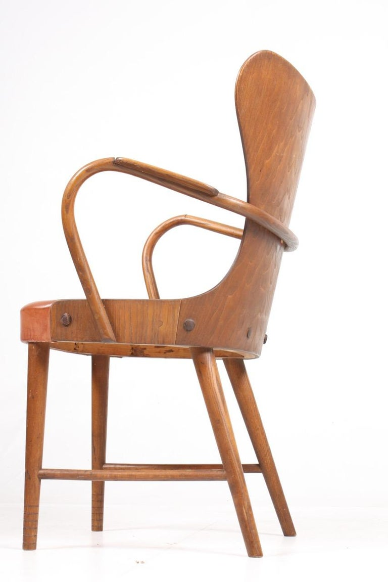 Armchair in Oak and Patinated Leather by Fritz Hansen, 1940s In Good Condition For Sale In Lejre, DK