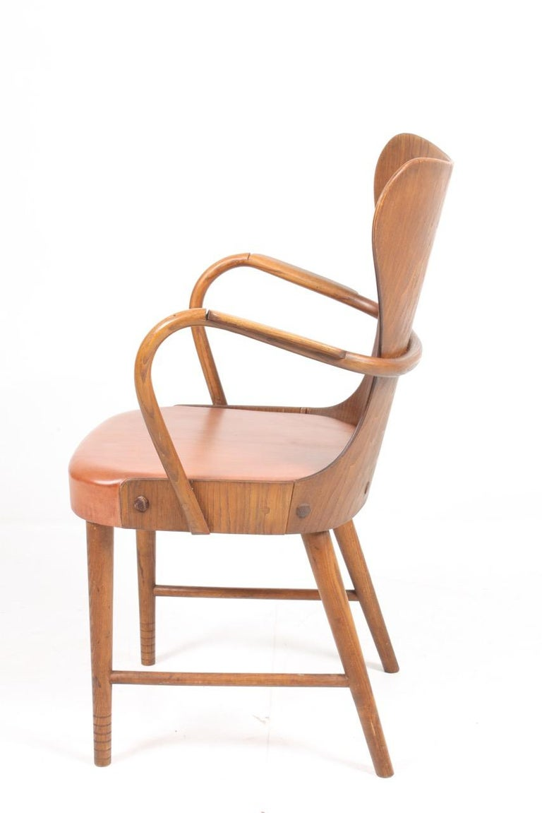 Mid-20th Century Armchair in Oak and Patinated Leather by Fritz Hansen, 1940s For Sale