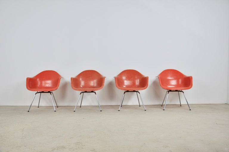 Set of 4 Charles & Ray Eames armchairs for Herman Miller in red fiberglass. Chrome-plated metal base. Wear and tear due to time and age of the object (see photo), measures: seat height 40cm.