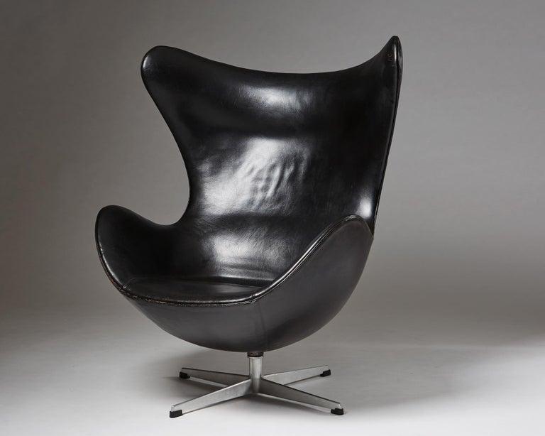 """Scandinavian Modern Armchair """"Egg Chair"""" Designed by Arne Jacobsen for Fritz Hansen, Denmark, 1958 For Sale"""
