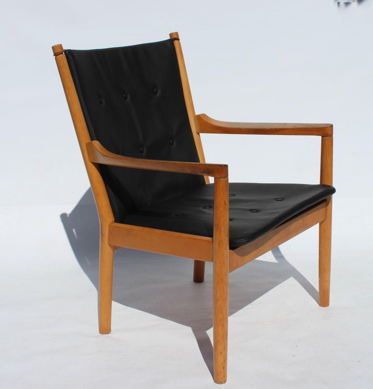 Armchair, model 1788, of beech and cushions in black leather designed by Hans J. Wegner and manufactured by Fritz Hansen in 1978. The chair is in great vintage condition and was designed for the Spoke back sofa by Børge Mogensen.