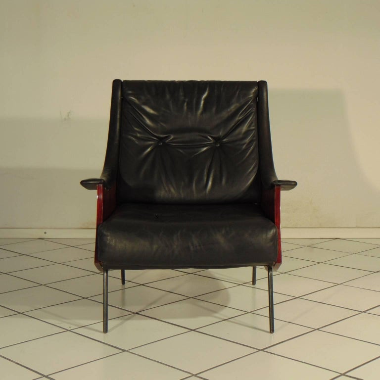 Very first piece of the armchair Pipa in rosewood and black leather with gunmetal color feet, designed by Carlo De Carli and manufactured by Sormani of Arosio, Italy in 1965. Seat height cm 39 (1.28 ft). De Carli designed this chair as a hommage to
