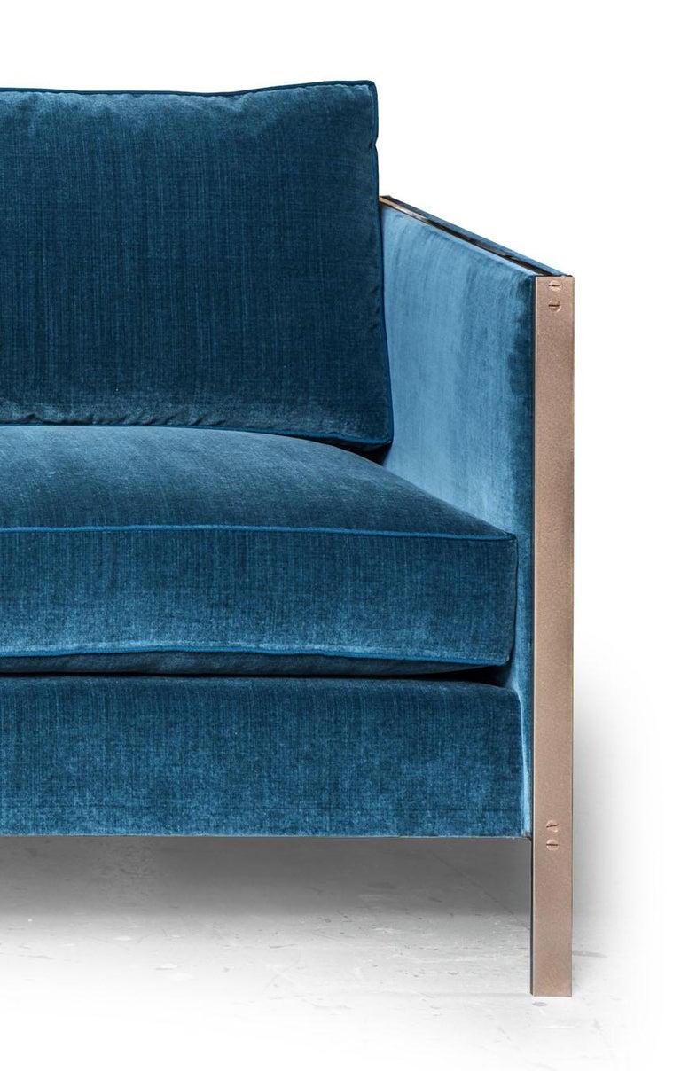Armstrong Sofa mit Blauem Baumwollsamt und Messingrahmen 4
