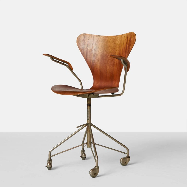 Arne Jacobsen, Series 7 office chair, model 3217.