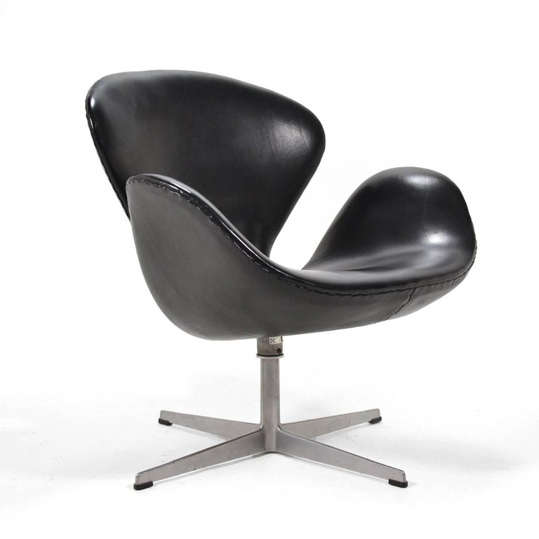 Jacobsen's iconic design upholstered in rich black leather.