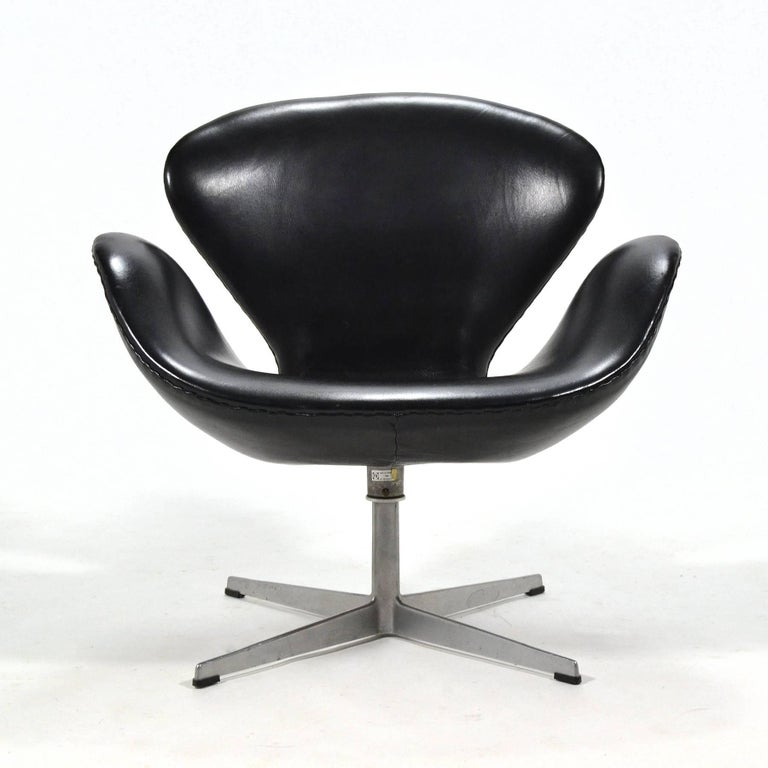 Scandinavian Modern Arne Jacobsen Black Leather Swan Chair by Fritz Hansen For Sale