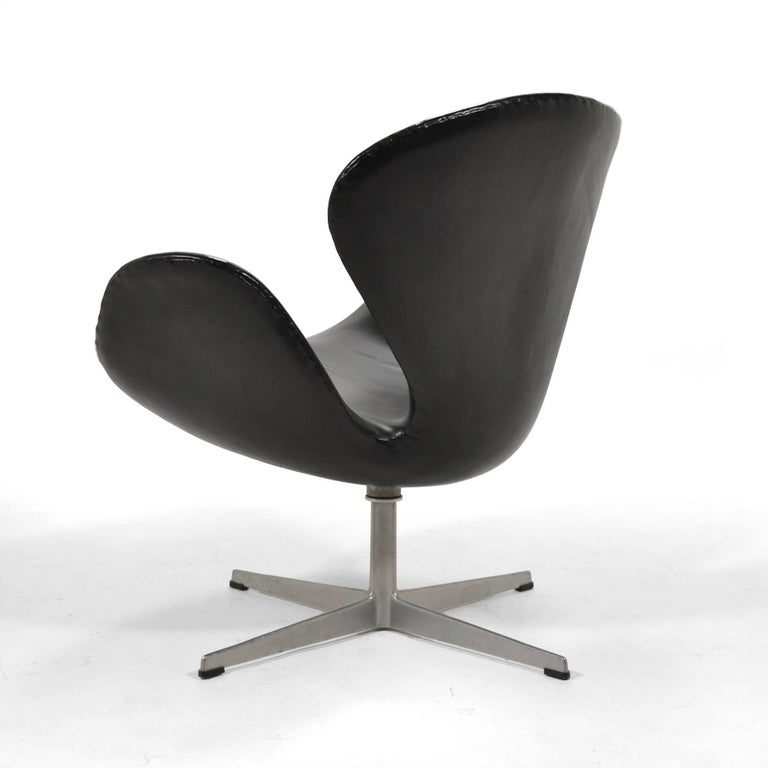 Arne Jacobsen Black Leather Swan Chair by Fritz Hansen In Good Condition For Sale In Highland, IN