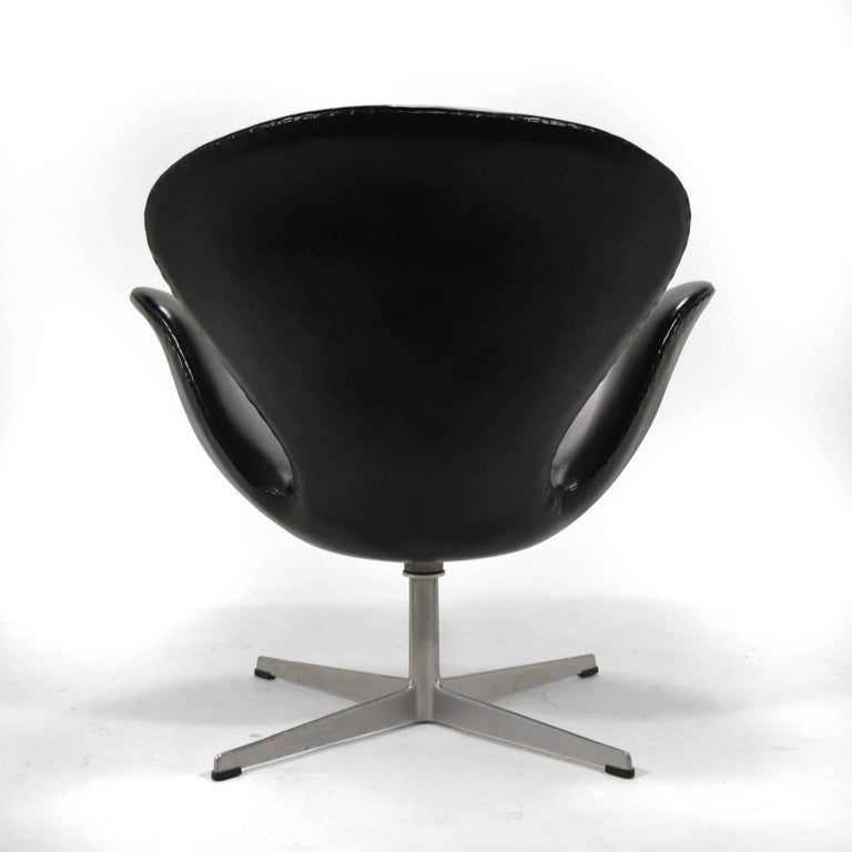 Mid-20th Century Arne Jacobsen Black Leather Swan Chair by Fritz Hansen For Sale