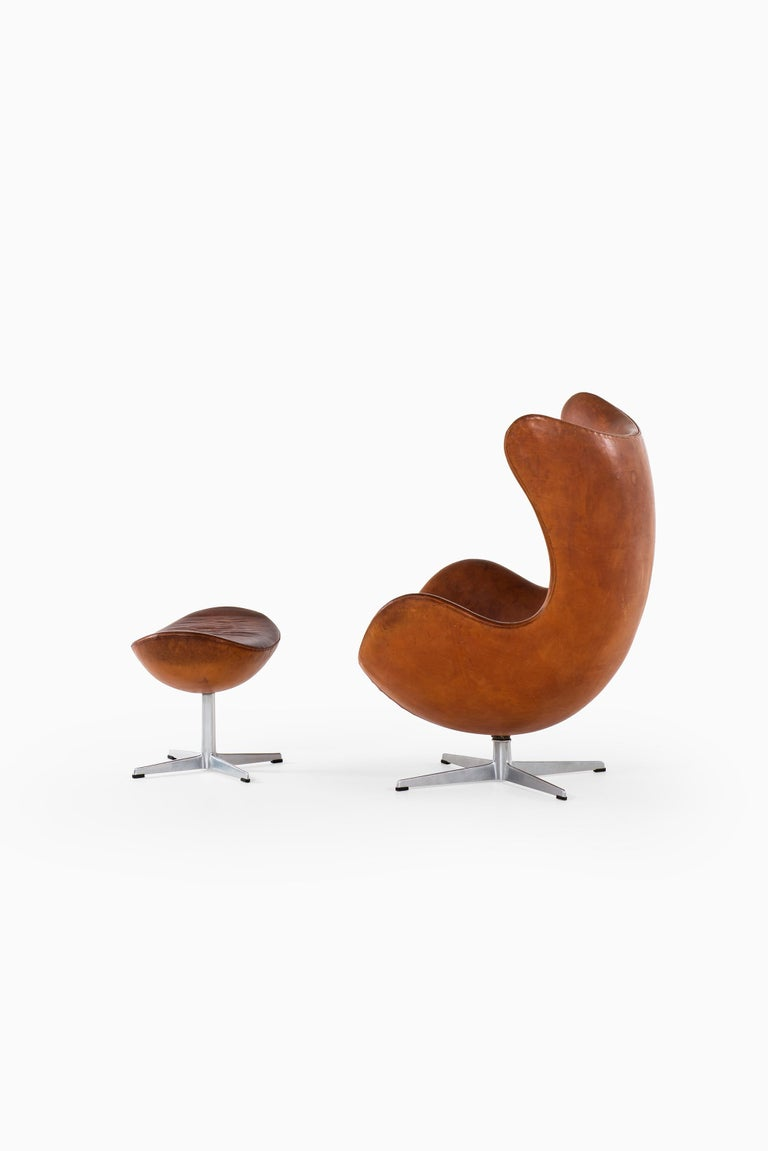 Scandinavian Modern Arne Jacobsen Early Egg Chair with Stool by Fritz Hansen in Denmark For Sale