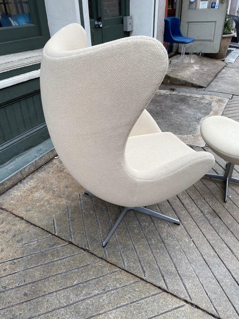 Danish Arne Jacobsen Egg Chair and Ottoman by Fritz Hansen in Knoll Ivory Loop For Sale