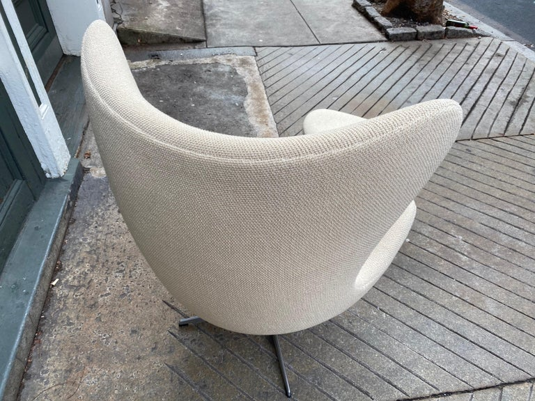 Arne Jacobsen Egg Chair and Ottoman by Fritz Hansen in Knoll Ivory Loop In Good Condition For Sale In Philadelphia, PA