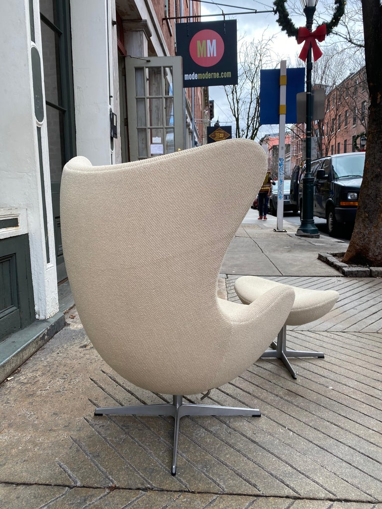 Mid-20th Century Arne Jacobsen Egg Chair and Ottoman by Fritz Hansen in Knoll Ivory Loop For Sale