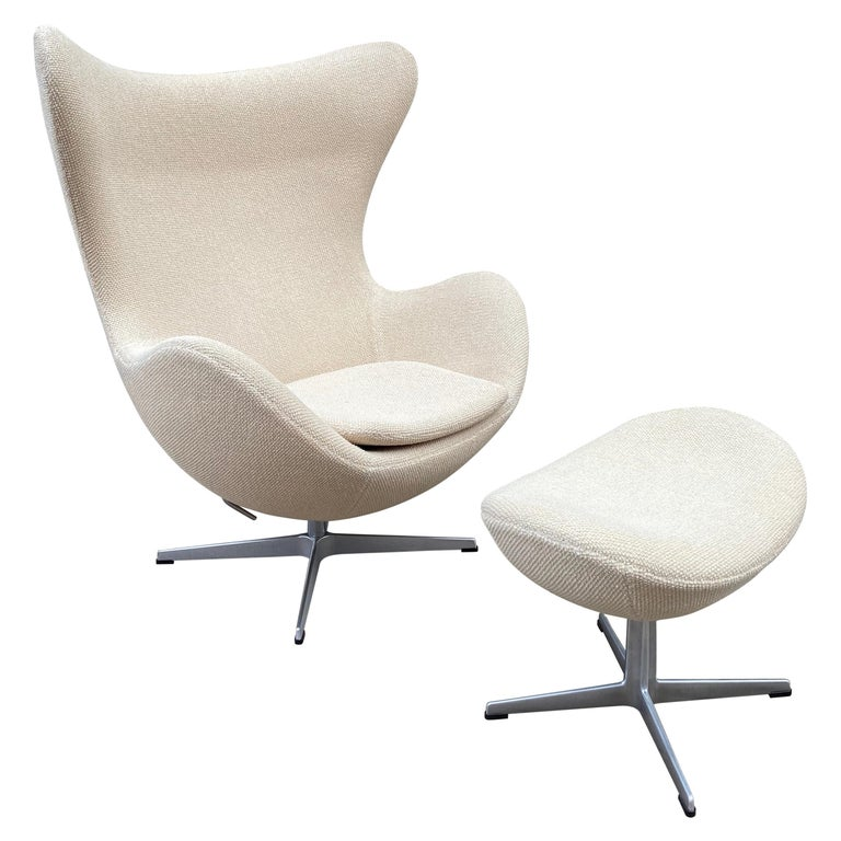 Arne Jacobsen Egg Chair and Ottoman by Fritz Hansen in Knoll Ivory Loop For Sale