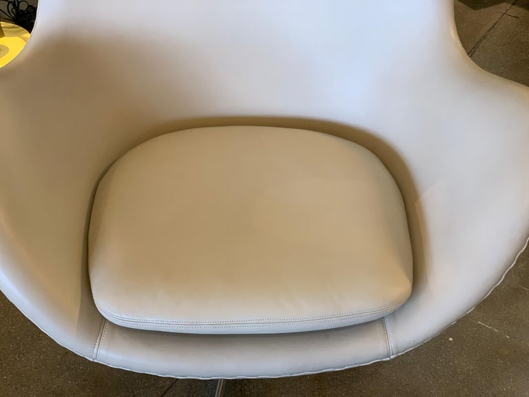 Arne Jacobsen Egg Chair by Fritz Hansen In Good Condition For Sale In Palm Springs, CA