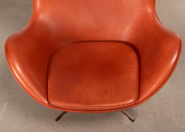 Arne Jacobsen Egg Chair in Light Patined Grace Walnut Leather by Fitz Hansen For Sale 2