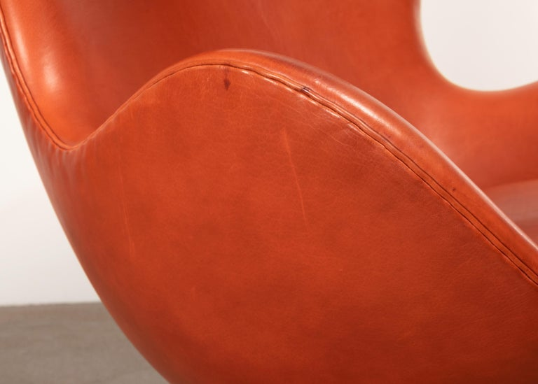 Arne Jacobsen Egg Chair in Light Patined Grace Walnut Leather by Fitz Hansen For Sale 6