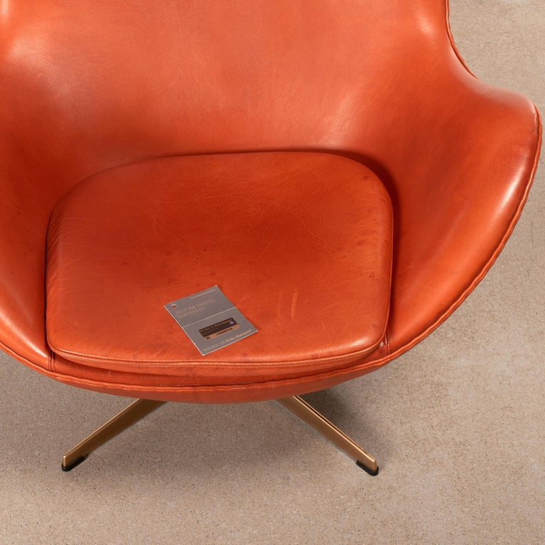 Arne Jacobsen Egg Chair in Light Patined Grace Walnut Leather by Fitz Hansen For Sale 12