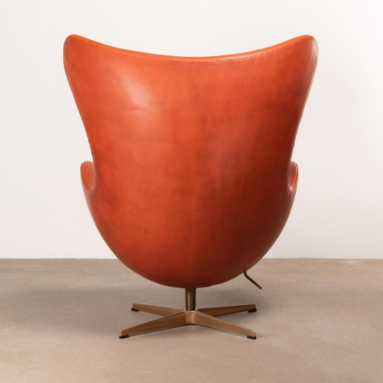 Cast Arne Jacobsen Egg Chair in Light Patined Grace Walnut Leather by Fitz Hansen For Sale