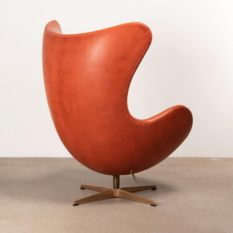 Arne Jacobsen Egg Chair in Light Patined Grace Walnut Leather by Fitz Hansen In Good Condition For Sale In Amsterdam, NL