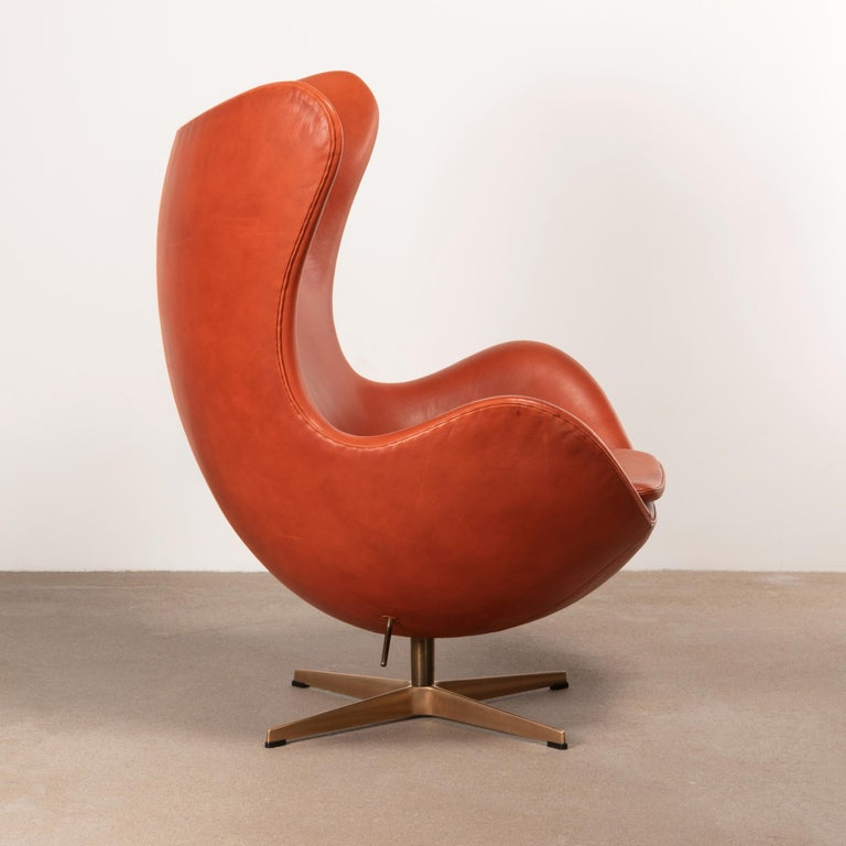 Mid-20th Century Arne Jacobsen Egg Chair in Light Patined Grace Walnut Leather by Fitz Hansen For Sale