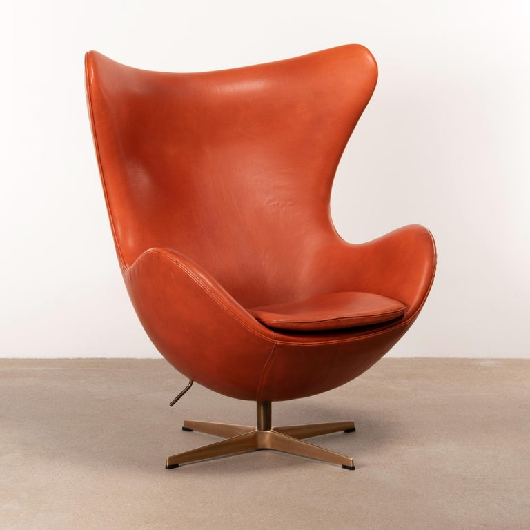 Aluminum Arne Jacobsen Egg Chair in Light Patined Grace Walnut Leather by Fitz Hansen For Sale