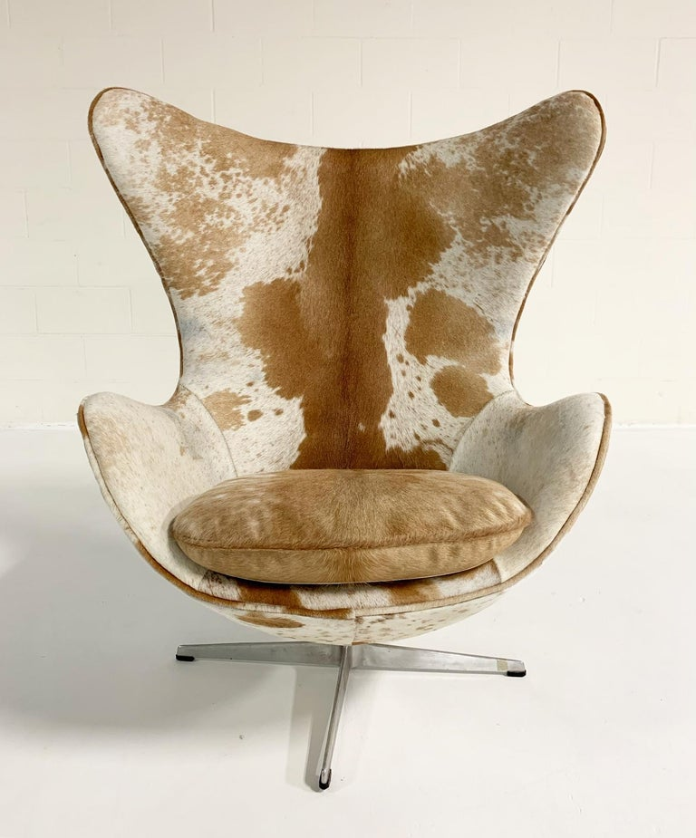 Arne Jacobsen Egg Chairs and Ottoman in Brazilian Cowhide In Excellent Condition In SAINT LOUIS, MO