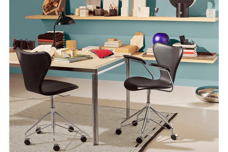 Mid-Century Modern Arne Jacobsen Model 3217 Coloured Ash For Sale