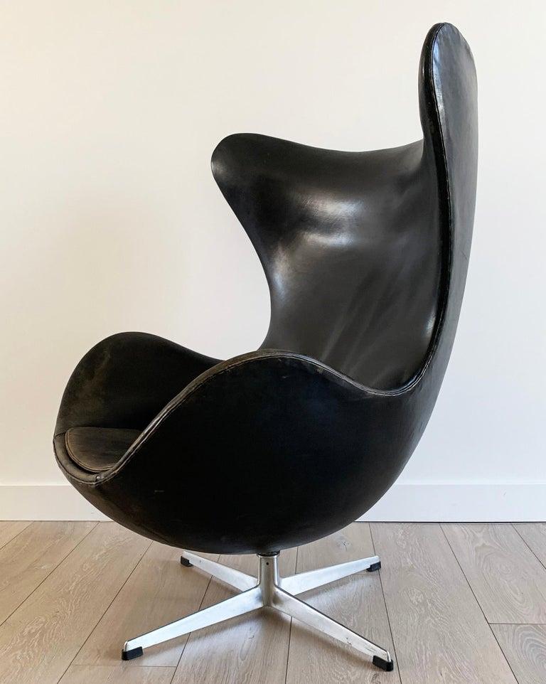 Arne Jacobsen for Fritz Hansen Patinated Black Leather Egg Chair,  Signed 1963 For Sale 4