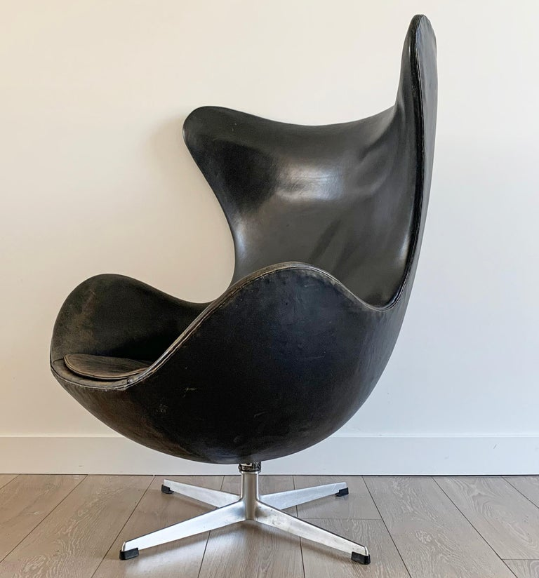 Arne Jacobsen for Fritz Hansen Patinated Black Leather Egg Chair,  Signed 1963 For Sale 7