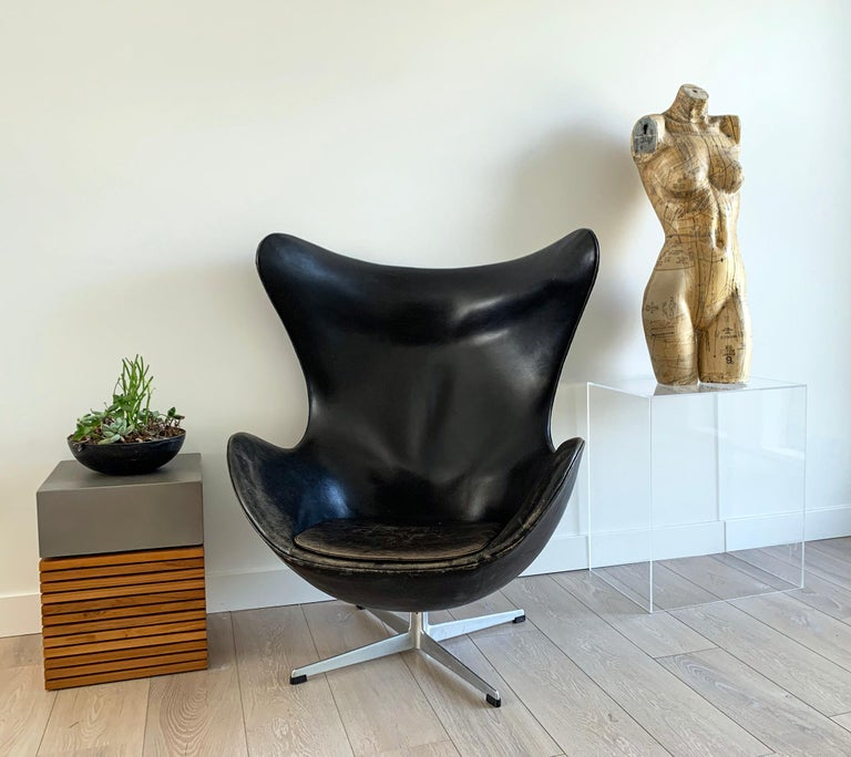 Mid-Century Modern Arne Jacobsen for Fritz Hansen Patinated Black Leather Egg Chair,  Signed 1963 For Sale
