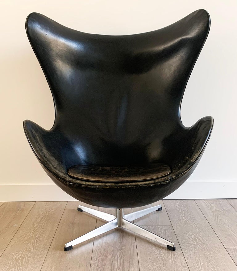 Arne Jacobsen for Fritz Hansen Patinated Black Leather Egg Chair,  Signed 1963 In Distressed Condition For Sale In Tempe, AZ