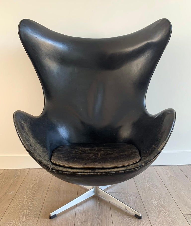 Mid-20th Century Arne Jacobsen for Fritz Hansen Patinated Black Leather Egg Chair,  Signed 1963 For Sale